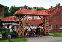Reiterhof-Ferienhof-Luenzen-Lueneburger-Heide-Niedersachsen-Reiten-Reiterferien-Urlaub-Familienurlaub_Hoffeinfahrtt
